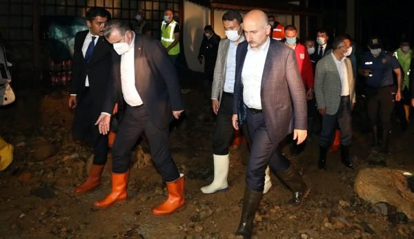 Bakan Karaismailoğlu, Rize'deki Sel Bölgesinde İncelemelerde Bulundu